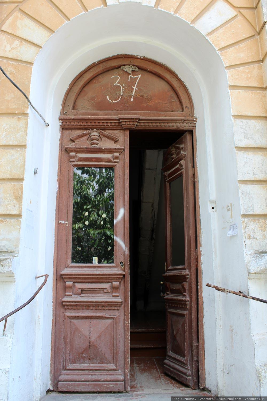 входная двустворчатая дверь с остеклением